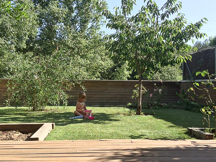 Jardín teka y cesped artificial