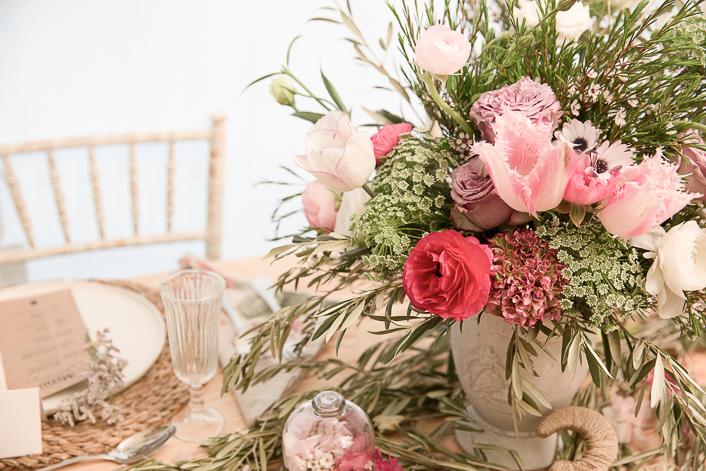 copa de flores con tulipán ranunculo