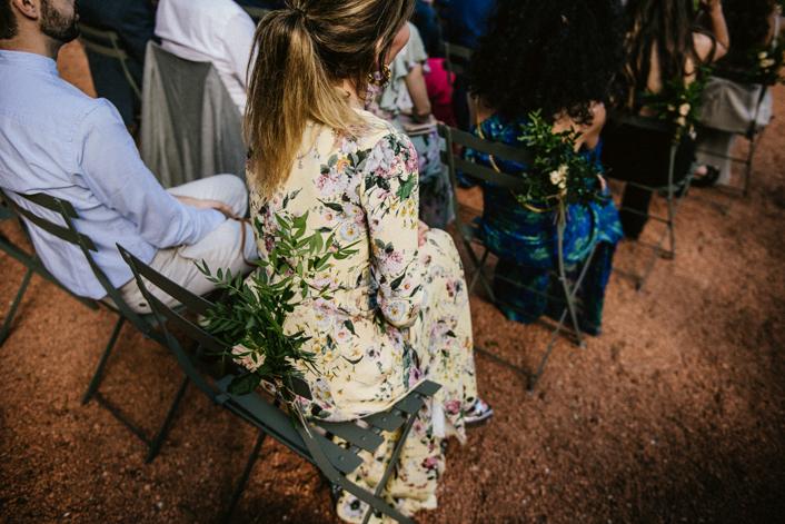 invitada con vestido de flores