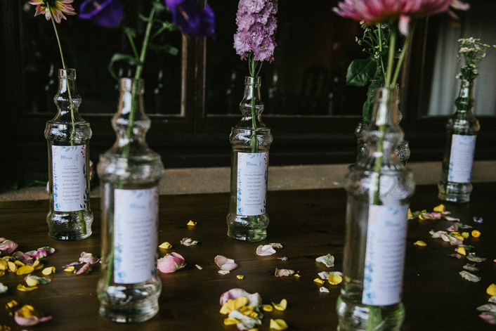sitting plan en botellas con flores