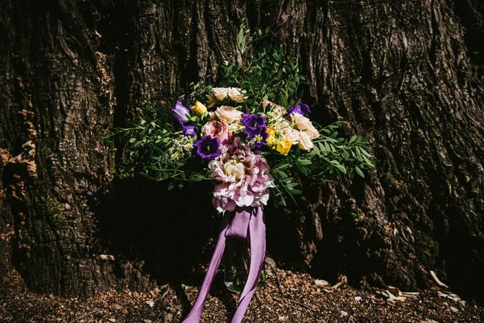 ramo de novia con lazo lila y flores lila y amarillo